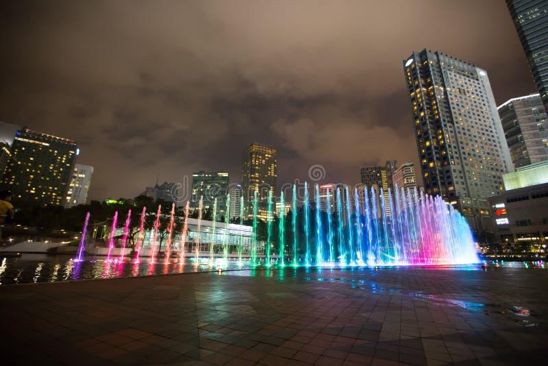 Paisaje moderno de la ciudad, escena de la noche imagenes de archivo