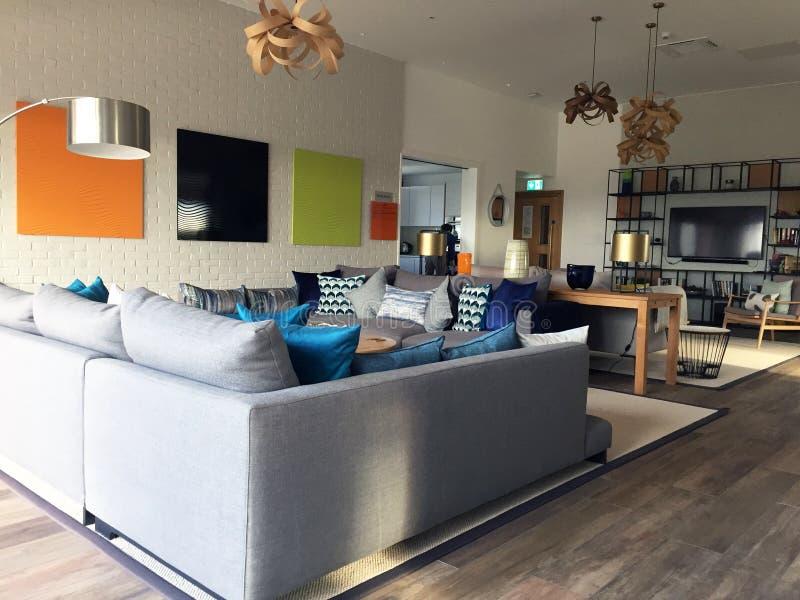 Paisaje moderno del área del salón con muebles contemporáneos imagenes de archivo