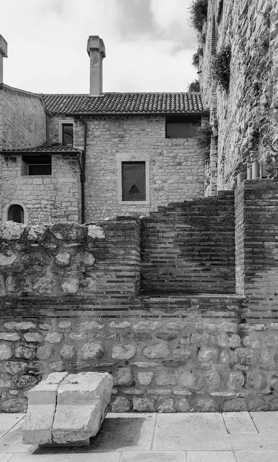 Paisaje monocromático de la ciudad: verano, una ciudad de piedra vieja con las paredes de ladrillo destruidas Dolmatia, fractura, fotografía de archivo