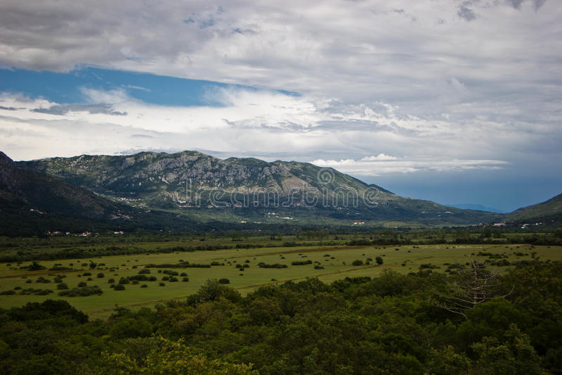 Paisaje montañas, valle, bosque foto de archivo