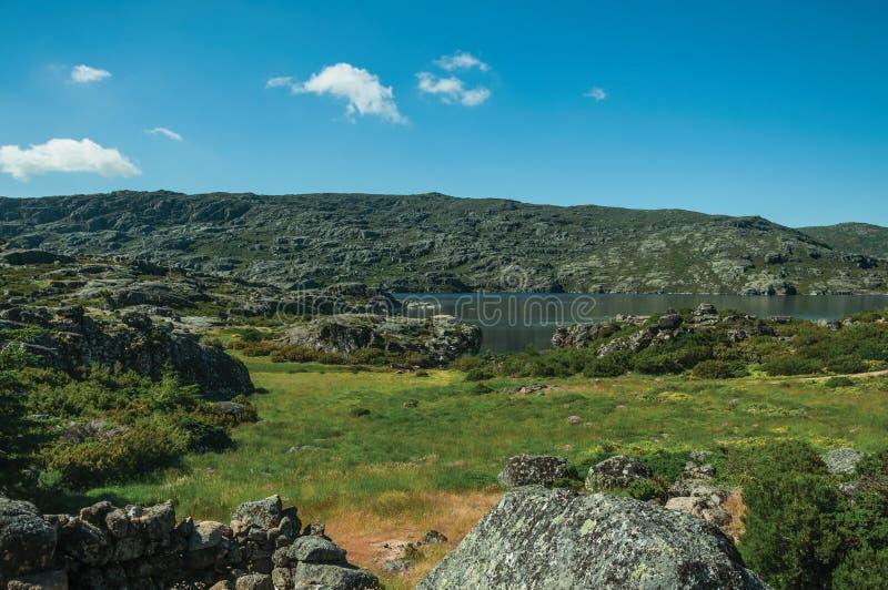 Paisaje montañoso con el lago largo en las montañas fotos de archivo