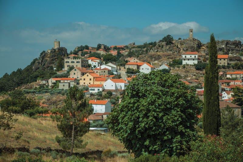 Paisaje montañoso con las casas de un pequeño pueblo en el top imagen de archivo libre de regalías