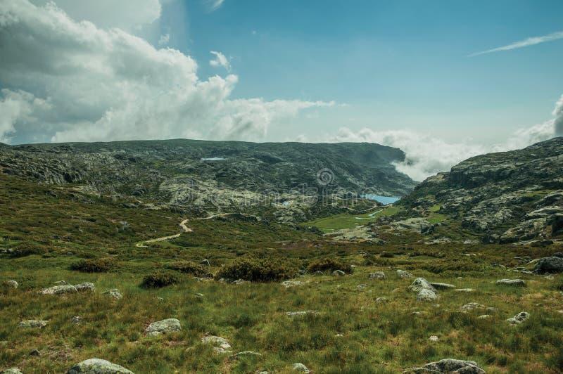 Paisaje montañoso con las nubes que vienen del barranco fotografía de archivo libre de regalías