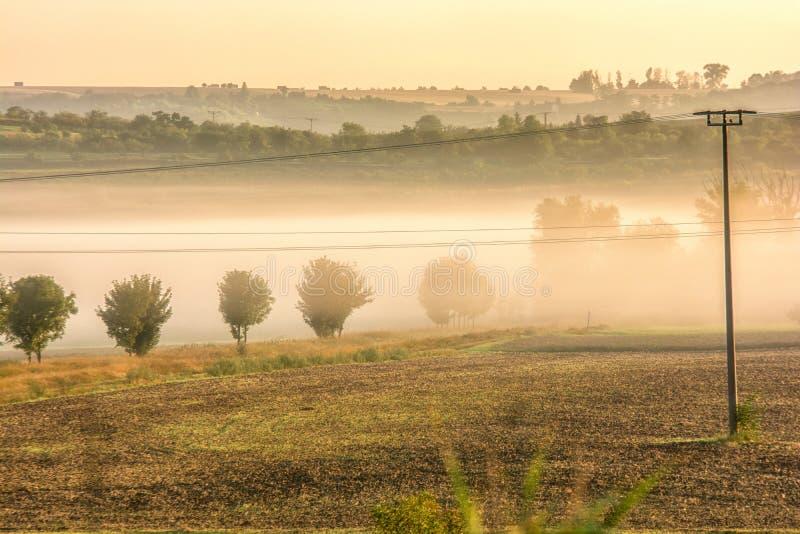 Paisaje montañoso con niebla de la mañana en los valles imagen de archivo