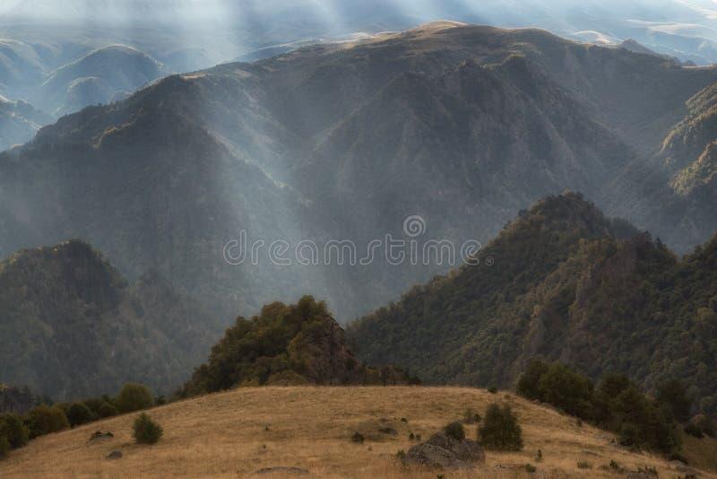 Paisaje montañoso extraño filmado contra la luz fotos de archivo