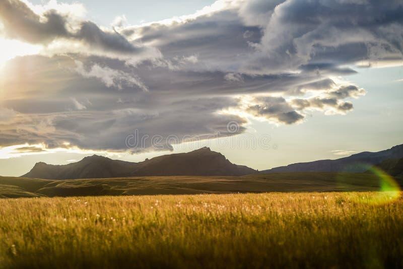 Paisaje montañoso hermoso de Islandia, durante la puesta del sol imagen de archivo