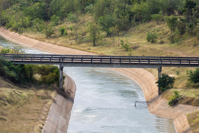 Paisaje natural del canal y del puente en presa foto de archivo