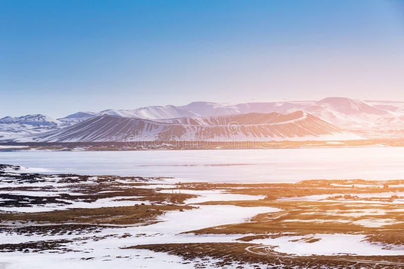 Paisaje natural del volcán en la estación del invierno de Islandia imagenes de archivo