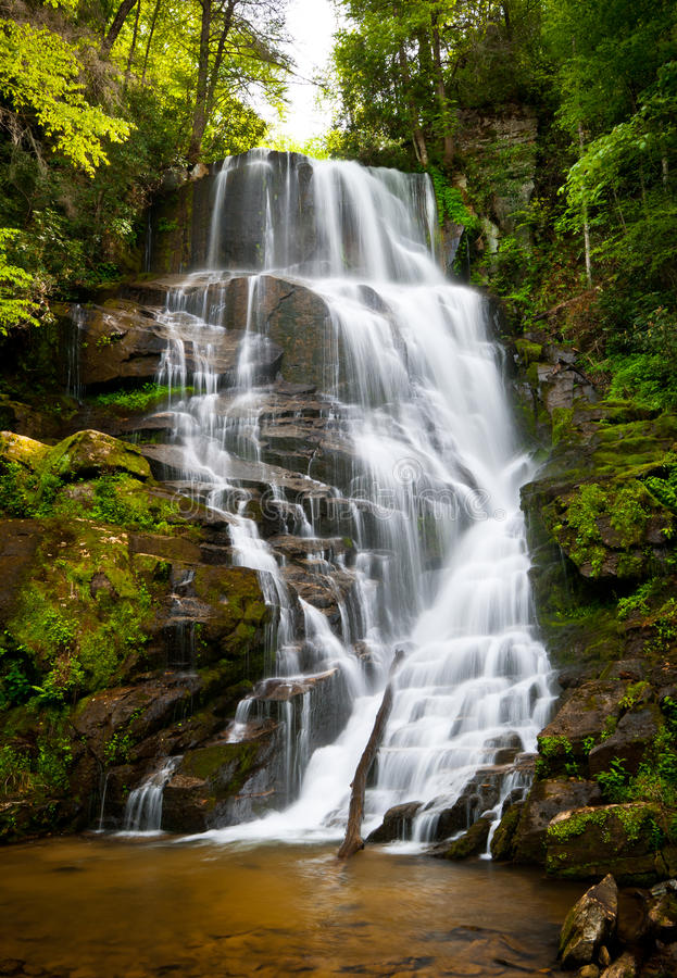 Paisaje NC de la cascada de las montañas de Ridge azul imagen de archivo