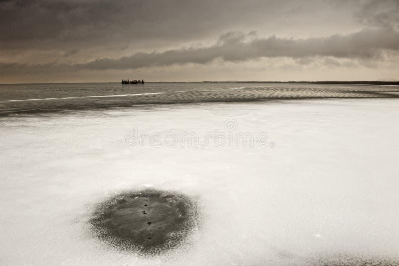 Paisaje Nevado en el lago. fotografía de archivo libre de regalías