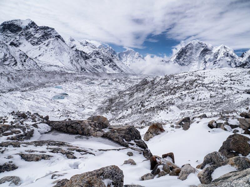 Paisaje nevado en las montañas Himalayan fotografía de archivo