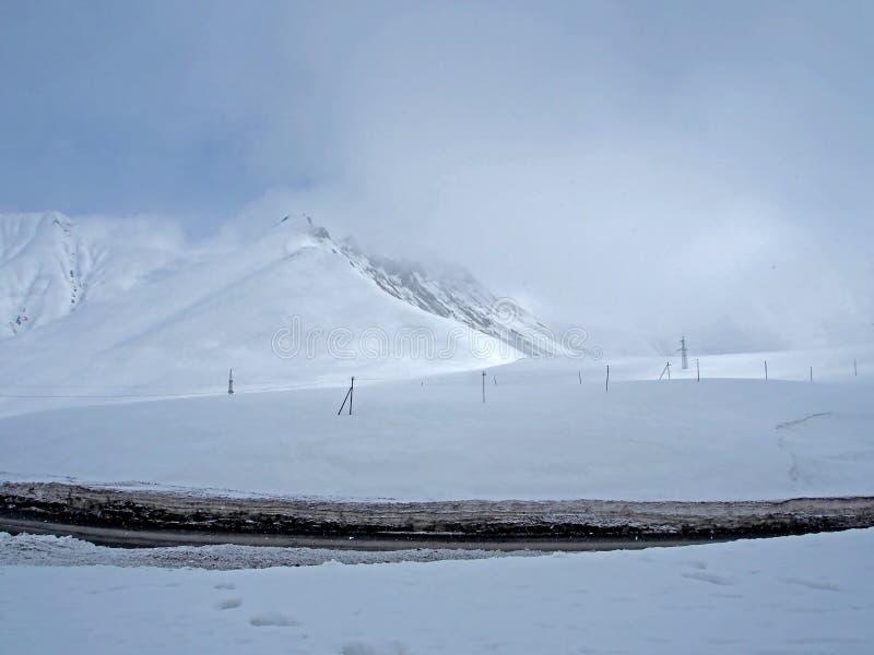 Paisaje Nevado a lo largo del camino militar georgiano en la primavera imágenes de archivo libres de regalías