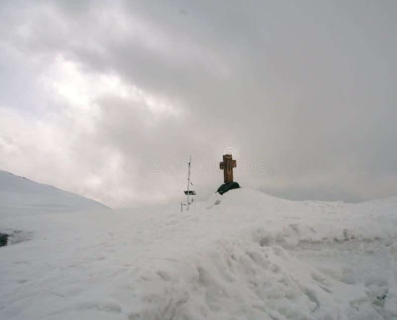 Paisaje Nevado a lo largo del camino militar georgiano en primavera en el área del paso cruzado fotografía de archivo libre de regalías