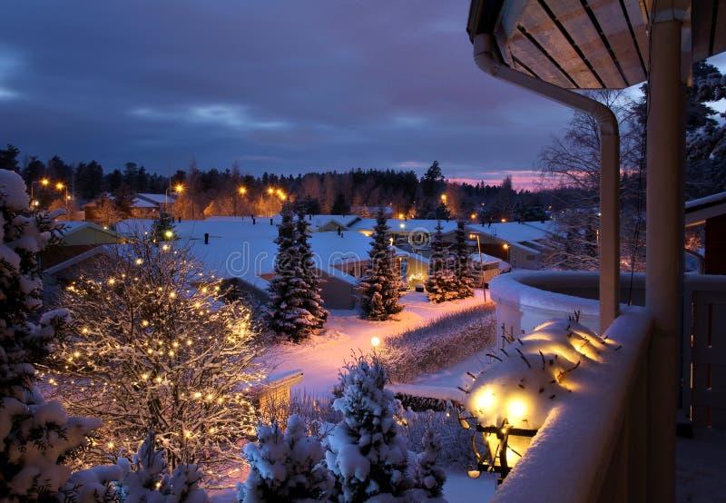 Paisaje nevoso de la Navidad de la calle del invierno fotografía de archivo