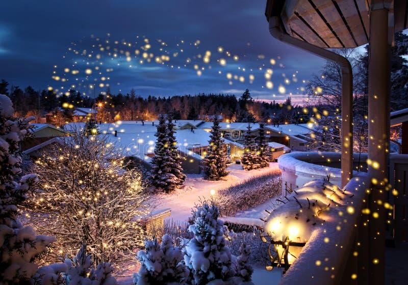 Paisaje nevoso del invierno de la calle de la Navidad foto de archivo