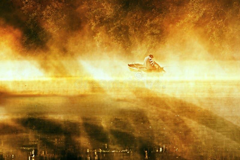Paisaje niebla-cubierto de oro del río con el pescador fotografía de archivo libre de regalías
