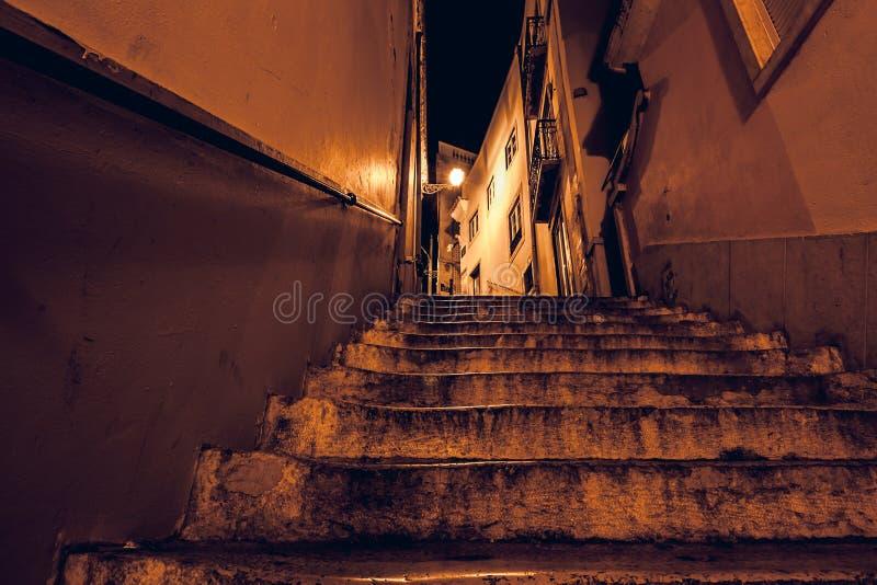 paisaje nocturno de la calle Lisboa con escaleras al lado de la catedral de Lisboa. Ciudad de Lisboa en Portugal por la tarde fotografía de archivo