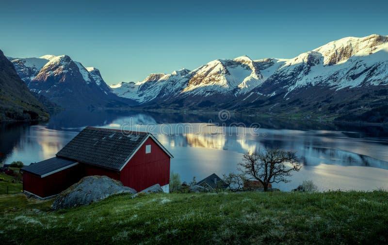 Download Paisaje Noruego Del Fiordo En Primavera Imagen de archivo - Imagen de lago, noruega: 100528029
