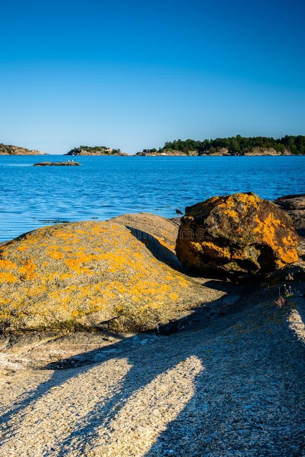 Paisaje noruego hermoso por el océano en Sandefjord, Noruega imagenes de archivo