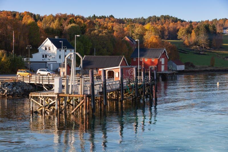 Paisaje noruego rural, terminal de transbordadores fotos de archivo libres de regalías