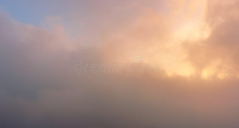 paisaje nublado al atardecer con colores pastel foto de archivo libre de regalías