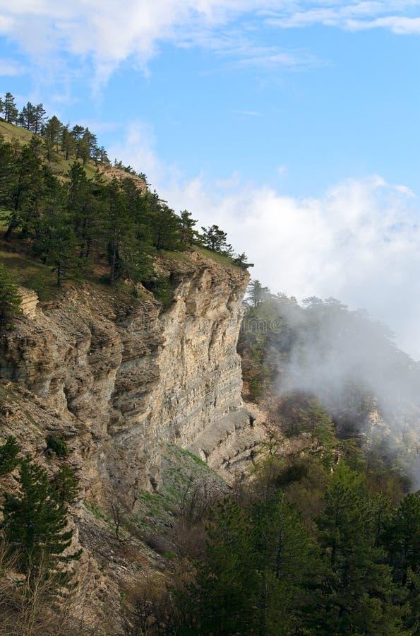 Paisaje nublado de la montaña foto de archivo