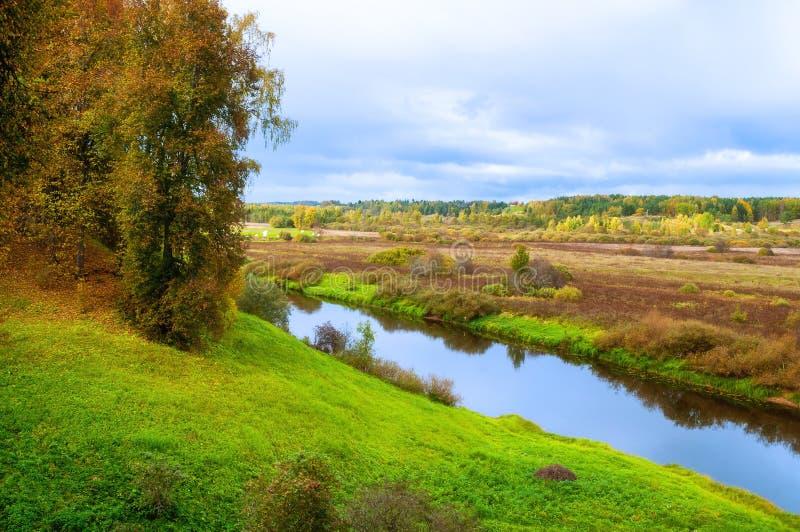 Paisaje nublado del otoño de los árboles forestales del río de Soroti y del otoño en Pushkinskiye sangriento, Rusia - el filtro s imagen de archivo libre de regalías