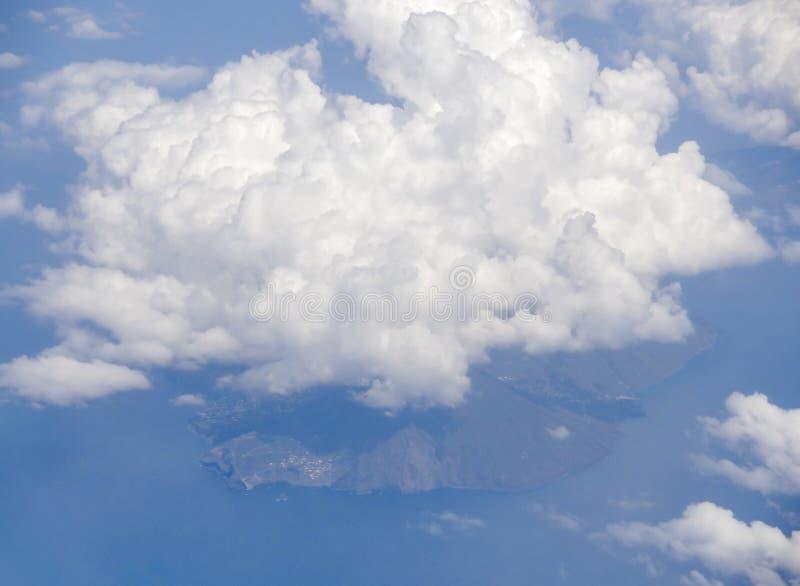 Paisaje nublado sobre Sicilia imagen de archivo