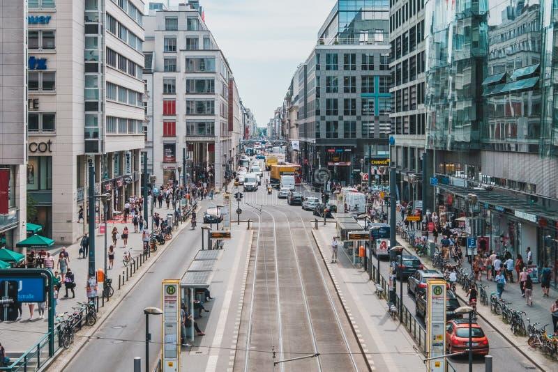Paisaje ocupado del distrito/de la calle de las compras en Friedrichstrasse en s fotos de archivo