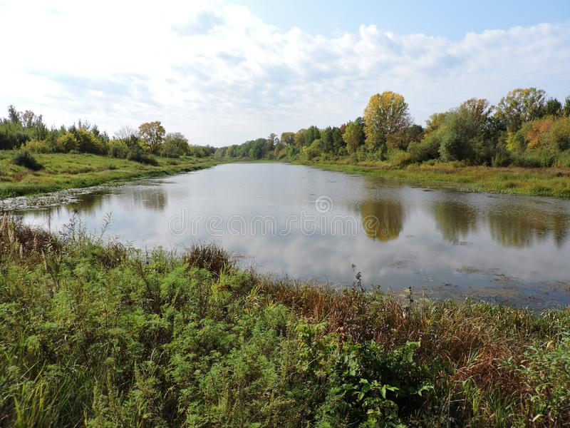 Paisaje otoñal con lago y bosque en sus costas imagenes de archivo
