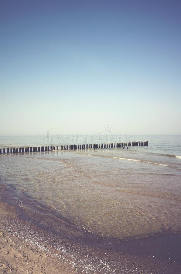 Paisaje pacífico con una ingle de madera vieja del mar imagen de archivo