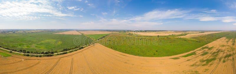 Paisaje panorámico amplio de las tierras de labrantío, tiempo de verano Vista a?rea del campo fotos de archivo libres de regalías