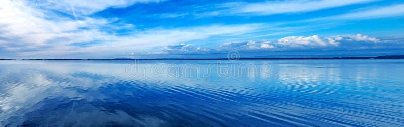 Paisaje panorámico azul de la puesta del sol. Laguna de Orbetello, Argentario, Italia. imagen de archivo