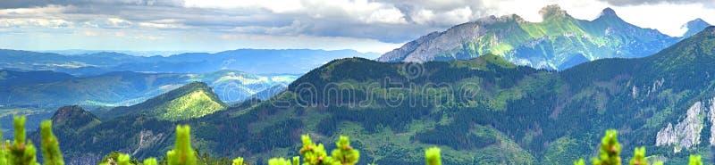 Paisaje panorámico del verano en las montañas de Tatra foto de archivo libre de regalías