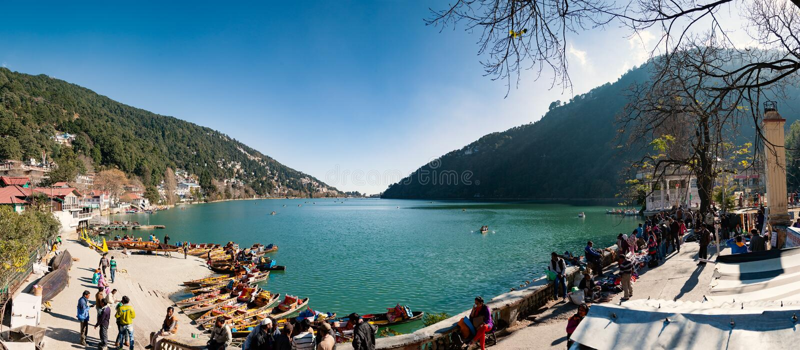 Paisaje panorámico hermoso del lago Naini por mañana Nainital, imagen de archivo
