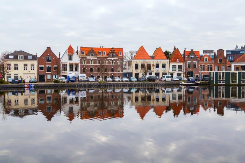 Paisaje pintoresco con la reflexión tradicional hermosa de las casas en el canal, Haarlem, Holanda imagenes de archivo