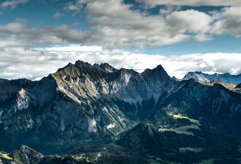 Paisaje pintoresco de la montaña en las montañas suizas en otoño temprano foto de archivo libre de regalías