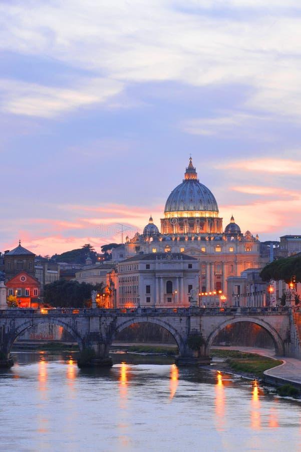 Paisaje pintoresco de St Peters Basilica sobre Tíber en Roma, Italia fotos de archivo libres de regalías