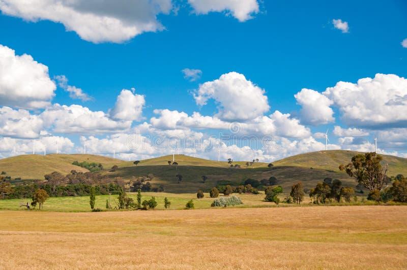 Paisaje pintoresco del campo con las turbinas de la electricidad del viento imagen de archivo libre de regalías