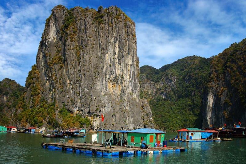 Paisaje pintoresco del mar. Bahía larga de la ha, Vietnam foto de archivo
