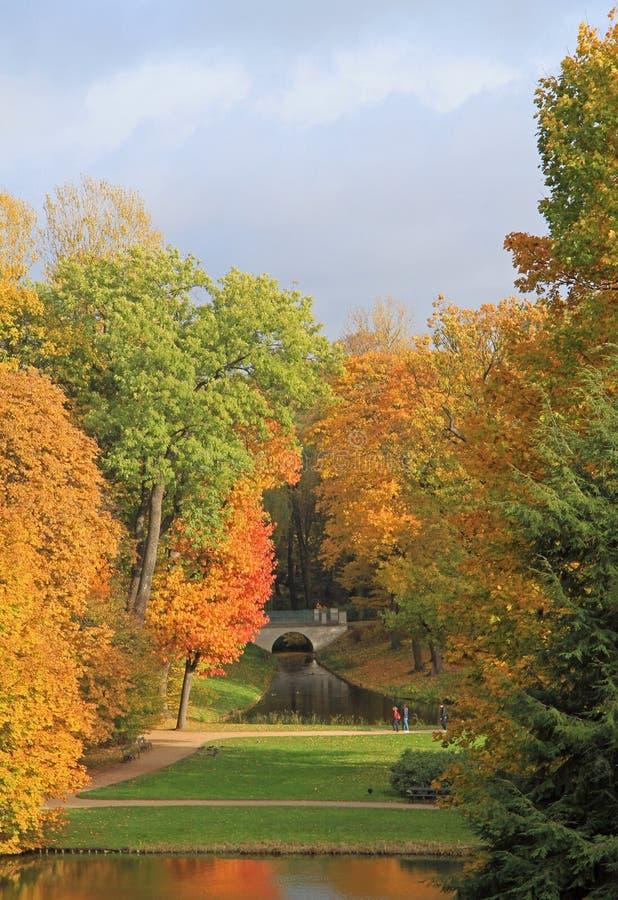 Paisaje pintoresco del otoño del parque en Varsovia imagen de archivo libre de regalías