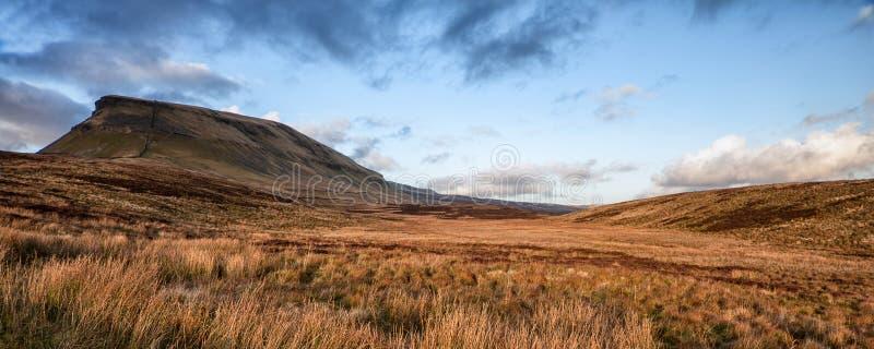 Paisaje Pluma-y-Gante del panorama en parque nacional de los valles de Yorkshire fotografía de archivo