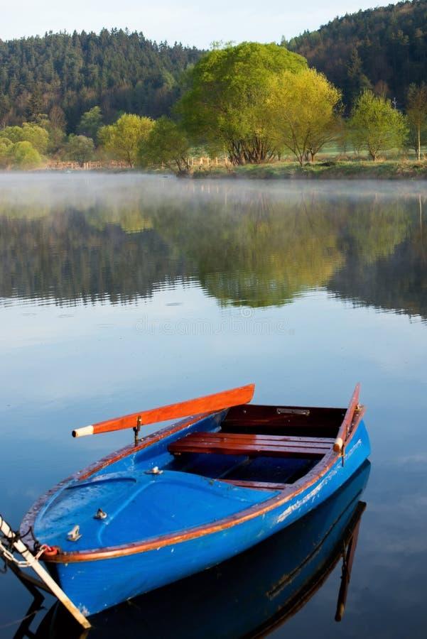 Paisaje por el río con el barco imagen de archivo libre de regalías