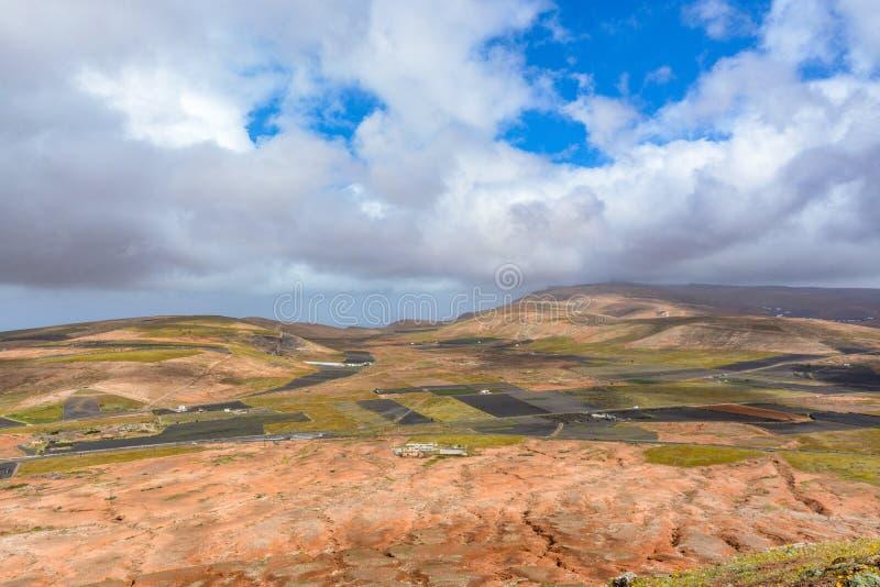 Paisaje posts-volcánico asombroso de la isla de Lanzarote imágenes de archivo libres de regalías