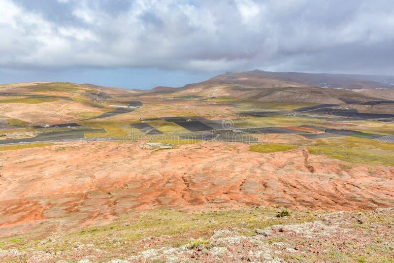 Paisaje posts-volcánico asombroso de la isla de Lanzarote fotos de archivo