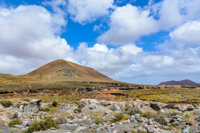 Paisaje posts-volcánico asombroso de la isla de Lanzarote fotografía de archivo libre de regalías