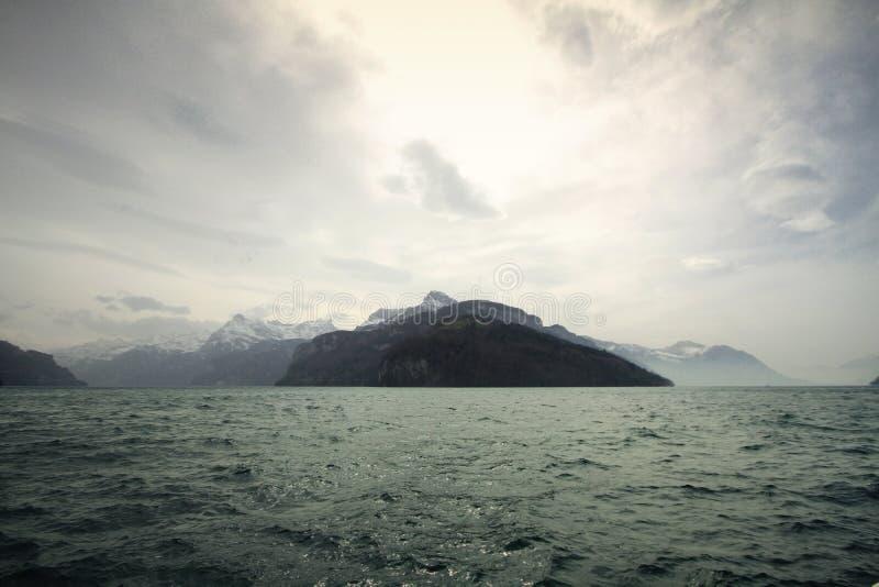 Paisaje próximo nublado de la alta montaña del cambio de clima, frío fuerte y helada en el invierno blanco, destino del viaje dur imagenes de archivo