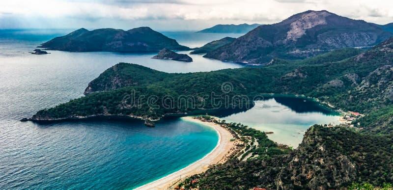 Paisaje que sorprende de la playa y de la bahía, Fethiye, Mugla, Turquía de Oludeniz Foto aérea de la manera de Lycian Concepto d fotos de archivo