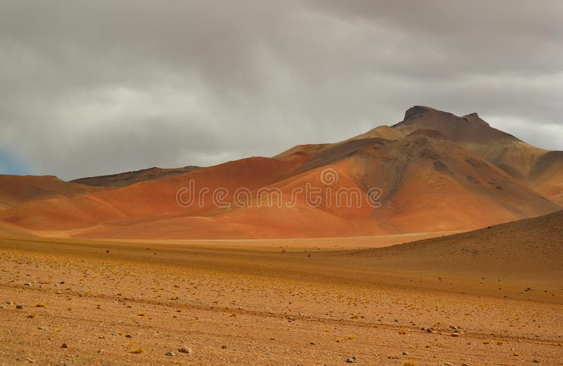 Paisaje que sorprende de Salvador Dali Desert en la reserva de Eduardo Avaroa Andean Fauna National, Sur Lipez, Bolivia fotografía de archivo libre de regalías