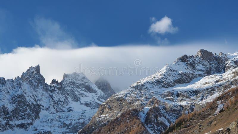 Paisaje que sorprende en las cumbres de la gama de Mont Blanc en el lado italiano fotos de archivo libres de regalías